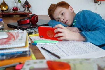 Das Smartphone sollte bei den Hausaufgaben eine Pause einlegen, rät der Studienkreis Münster. (Foto: Michael Printz / Studienkreis)