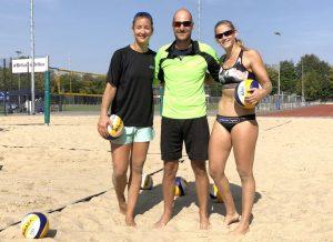 Trainieren auf der Beachanlage des SV Blau-Weiß Aasee Münster (v.l.): Teresa Mersmann, Coach Cristoph Kesselmeier und Cinja Tillmann. (Foto: Pressefoto)