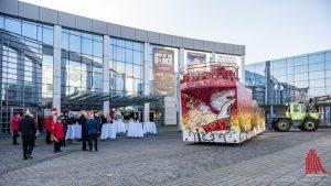 Gestern belud Prinz Christian I. seinen Prinzenwagen vor der Halle Münsterland. (Foto: wf/weber)