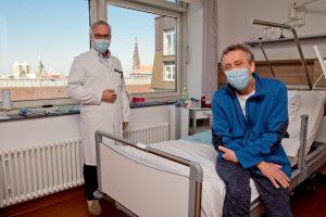 Frank Piatkowski (r.) freut sich über die erfolgreiche Behandlung durch Prof. Dr. Dr. Matthias Hoffmann (l.). (Foto: Raphaelsklinik Münster)