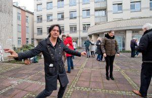 """Der Künster Thomas Nufer freut sich über den Erfolg seiner Aktion """"Woche der Freundlichkeit"""" und ließ sich von der Dynamik der Tänzer mitreißen"""
