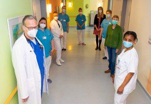 Patientin Marion Illing-Hesseler (2.v.r.) fühlt sich wohl auf der Palliativstation der Raphaelsklinik. (Foto: Michael Bührke)