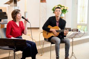 Die Sängerin Nikola Materne (l.) und der Gitarrist Coskun Özdemir (r.) spielten in der vollkommen leeren Kapelle der Raphaelsklinik. (Foto: Raphaelsklinik)