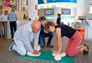 Ludger Wielspütz (li.) und Jovana Boysen lassen sich von Ralf Epping die Grundlagen der Herzdruckmassage erklären. (Foto: Raphaelsklinik)