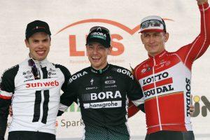 Sam Bennett (Mitte), hier mit Phil Bauhaus (li.) und Andre Geipel siegt beim diesjährigen Münsterland Giro. (Foto: Pressefoto / Münsterland Giro)