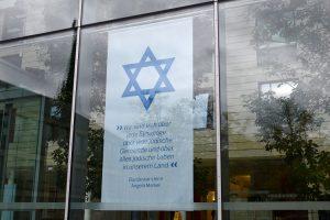 Solidarität mit den jüdischen Gemeinden zeigte die Bezirksregierung Münster schon vor dem Vorfall mit diesem Banner in ihrer Glasfassade. (Foto: Bezirksregierung Münster)