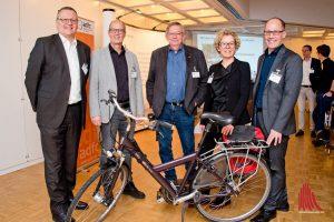 """Joachim Brendel, Michael Milde, Ludger Koopmann und Kirsten Kuns (v.l.) berichteten über das Thema """"Mit dem Rad zur Arbeit"""". Dr. André Wolf (re.) moderierte die Veranstaltung. (Foto: Michael Bührke)"""
