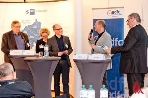 Im abschließenden Podiumsgespräch legten die Gesprächspartner nochmals ihre Argumente auf den Tisch. (Foto: Michael Bührke)