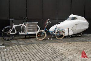 Der Fuhrpark vor der Tür machte deutlich, wie unterschiedlich Fahrradmobilität aussehen kann. (Foto: Michael Bührke)