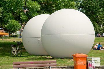 Vom Ärgernis zum Wahrzeichen: Die Giantl Balls von Claes Oldenburg (1977)