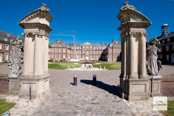 Um zum Schloss zu gelangen, muss man mehrere Tore durchfahren. (Foto: Michael Bührke)