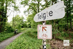 Ein altes Schild weist den richtigen Weg. (Foto: Michael Bührke)