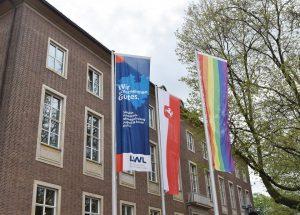 """Flagge zeigen für Vielfalt - Anlässlich des Internationalen Tages gegen Homo-, Bi-, Inter- und Transphobie"""" (17.5.) sowie des """"Deutschen Diversity-Tages"""" (18.5.) hisst der LWL eine Regenbogenflagge vor seinem Haupthaus in Münster. (Foto: LWL/Forbrig)"""