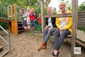 """Das """"Immobilien-Team"""" der Kita Katrin Freitag und Ulrike Häupl (v.l.) ist auf der Suche nach neuen Räumlichkeiten. (Foto: Bührke)"""