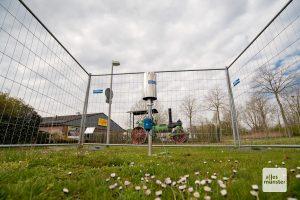 Ein Bauzaun umgibt den Regenmesser (Foto: Michael Bührke)