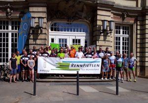 Erschöpft, aber glücklich: Die 35 Teilnehmerinnen und Teilnehmer der Rennfietsen Tour 2019 am Schloss in Münster. (Foto: roterkeil.net)