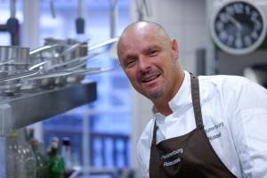 Sternekoch Richard Nussel vom Parkhotel Surenburg in Hörstel-Riesenbeck hat sich von der Idee der Veranstaltungsreihe begeistern lassen und führt engagiert durch drei Kochabende. (Foto: Promo)