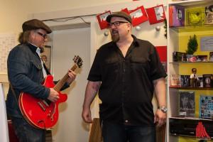 Markus Dassmann und Dr. Ring Ding (re.) performen live in Günters Musikapotheke. (Foto: sg)