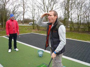 Was für ein Abschlag: Schauspieler Roland Jankoswky beim Golfen. (Foto: Promo)