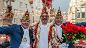 Prinz Christian I. und seine Adjutanten Dirk Meyer-Potthoff (l) und Thorsten Geuting bei der Einfahrt auf den Prinzipalmarkt. (Foto: wf/weber)