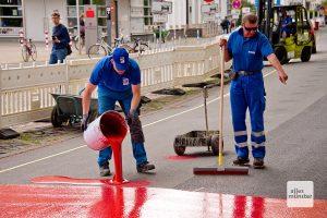 Eine Spezialfirma hat den roten Straßenbelag ausgebracht. (Foto: Michael Bührke)