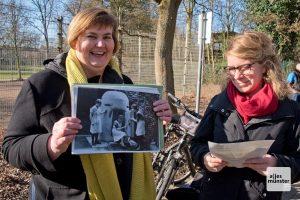 """Mechthild Mennebröcker zeigt ein Foto aus dem Jahr 1944 mit Arbeiterinnen der Wäscherei """"Edelweiß"""", die den Bunker ausprobieren. (Foto: Michael Bührke)"""