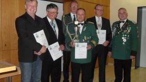 Die geehrten Schützenbrüder freuten sich am Bruderschaftstag über Auszeichnungen und Urkunden. (Foto: Ulrike Aselmann)