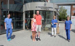 Scotty Pieper und seine Frau Anne Heubrock-Pieper (Mitte) freuen sich über das Wiedersehen mit Vertreterinnen des betreuenden Teams der Intensivstation des St. Franziskus-Hospitals, v.l.n.r.: Nicole Winzer (Assistenzärztin), Dr. med. Angela Ginski (Fachärztin für Anästhesie und Intensivmedizin und Oberärztin auf der Intensivstation) und Physiotherapteutin Monika Kroetz (salvea). (Foto: SFH)