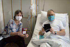 """Susanne Amberg, Bibliothekarin in der Patientenbücherei des St. Franziskus-Hospitals, zeigt Günter Stryk das neue Angebot der """"Onleihe"""". (Foto: St. Franziskus-Hospital)"""