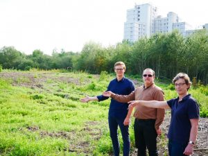 Simon Kerkhoff, Salam Hikmat (SPD-Ratskandidat für Berg Fidel) und Annette Ulrich fordern, dass ein Teil der Brachfläche neben den Preußen-Trainingsplätzen zu einem naturnahen Bürgerpark aufgewertet wird. (Foto: SPD Münster)