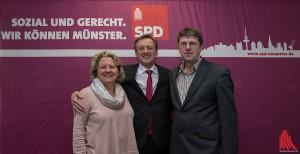 Oberbürgermeisterkandidat Jochen Köhnke (mi.) und die Landtagsabgeordneten Svenja Schulze und Thomas Marquardt freuen sich über die guten Nachrichten für Münster. (Archivbild: ml)