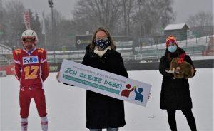 Auch die Münster Mammuts mit der Vorsitzenden Elke Wirtz (vorn), Monique-Katherine Pund (Cheerleading/rechts) und Tobias Wirtz als Quarterback der U 19 beteiligen sich an der Solidaritätsaktion des SSB Münster und aller 200 Sportvereine der Stadt. (Foto: SSB)