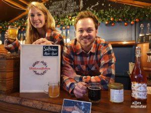 Heiko Friedrich (31) und Mitarbeiterin Laura Honischer (26) schenken die leckeren Wintersäftchen aus. (Foto: Jennifer von Glahn)