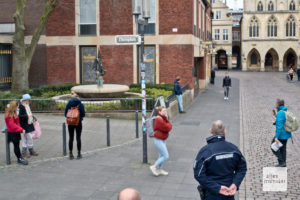 Mitarbeiter des Ordnungsamtes sorgten dafür, dass das aktuelle Versammlungsverbot auch nicht im Namen der Kunst übertreten wurde (Foto: Michael Bührke)