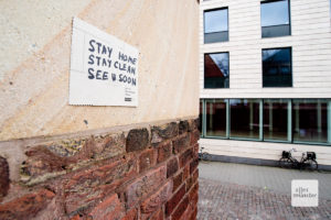 Ein Zettel unter dem Schild von Mark Formanek (Foto: Michael Bührke)