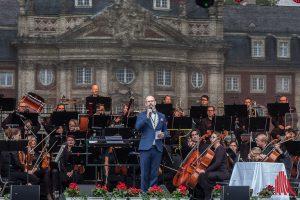 """Mitveranstalter Tim Eberhardt, Künstlerischer Leiter der Friedenskapelle, eröffnete mit der Neuen Philharmonie Frankfurt die ersten """"Schloss Classix"""". (Foto: sg)"""