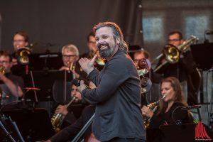 Henning Wehland freut sich erkennbar, mit den Musikern der Neuen Philharmonie Frankfurt aufzutreten. (Foto: sg)