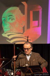"""Karikaturist und Tortenblogger Lo Graf von Blickensdorf vor einer verfremdeten Version seines LP-Covers """"Skandal"""". (Foto: Thomas M. Weber /webrock-Foto)"""