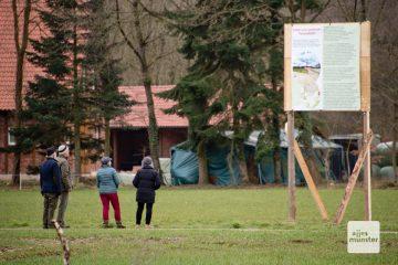 Kaum ein Spaziergänger, der an diesem Schild nicht stehen bleibt. (Foto: Bührke)
