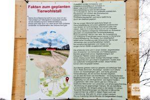 Mit diesem Schild informiert der Landwirt über den geplanten Stallbau. (Foto: Bührke)