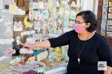 Selda Marlin Soganci vor dem Schaufenster ihres Ladens in der Südstraße (Foto: Michael Bührke)