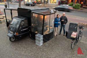 Dr. Thomas Bartoschek (l.) und Dominik Schweer können ihren Kaffee unbesorgt genießen, die Feinstaubwerte sind trotz der Nähe zur Hammer Straße weit unter dem Grenzwert. (Foto: Michael Bührke)
