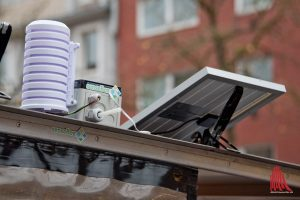 """Die SenseBox wird über eine Solarzelle betrieben und sendet ihre Daten per Funkverbindung """"LoRa"""" in die Welt. (Foto: Michael Bührke)"""