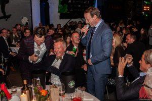 Moderator André Gatzke (li.) und Schauspieler Wotan Wilke Möhring animierten die Gäste dazu, für die Projekte von skate-aid tief in die Tasche zu greifen. (Foto: Stephan Günther)