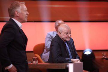 """Der Schauspieler Leonard Lansink (Wislberg) während der Quiz-Show """"Da kommst du nie drauf"""", links Moderator Johannes B. Kerner (Foto: ZDF, Frank W. Hempel)"""