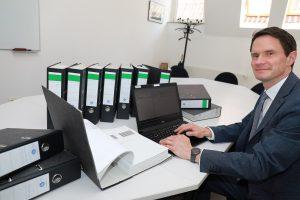 Arbeitszeit und Papierberge einsparen: Frank Möller vom Amt für Finanzen und Beteiligungen arbeitet daran, dass in einigen Jahren sämtliche Rechnungen direkt in eine ämterübergreifende Computersoftware einfließen. (Foto: Presseamt Münster)
