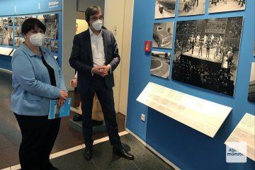 Museumschefin Dr. Barbara Romé (l.) und Dr. Axel Schollmeier während der Eröffnung der Ausstellung im Stadtmuseum (Foto: Hendrik Schulze-Bahr)