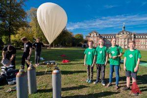 Konstantin Achternkamp, Tom Rühle, Smilla Brinker und Enno Recker (v.l.) haben ihre Experimente in die Stratosphäre geschickt. (Foto: Michael Bührke)