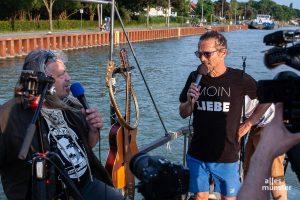 Veranstalter, Bootsführer und Ideengeber von Treibgut, Frank Romeike (rechts) im Interview mit Frank Möller. (Foto: Stephan Günther)