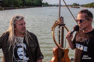 Leichtmatrose und Moderator der Fahrt, DJ Rockmöller, ist auch wieder dabei. Hier zusammen mit dem Gründer des Treibgut-Kollektivs und Kapitän Frank Romeike (rechts). (Foto: Stephan Günther)